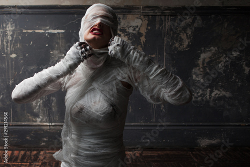 Obraz na plátne mummy screams in horror and tears the bandages
