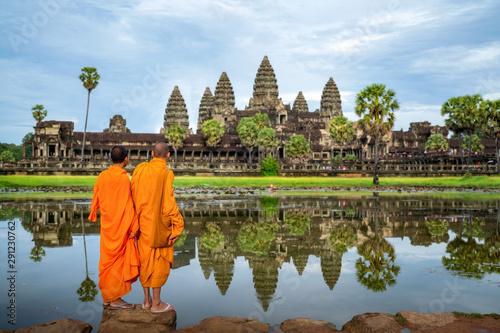 Fototapeta premium Azjatycki mnich wstaje i patrzy na Angkor wat w siem reap