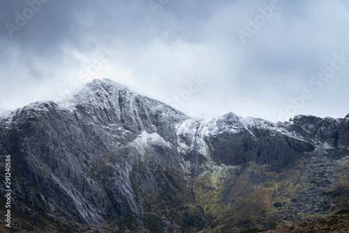 Canvas Print Stunning dramatic landscape image of snowcapped Glyders mountain range in Snowdo