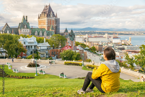 Fototapeta premium Kanada podróży Turysta miasta Quebec podziwiając widok na zamek Chateau Frontenac i rzekę św. Wawrzyńca w tle. Jesienne podróże wakacje styl życia ludzi.