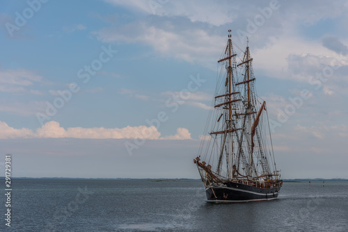 Fotomural the brig eye of the wind in the sea