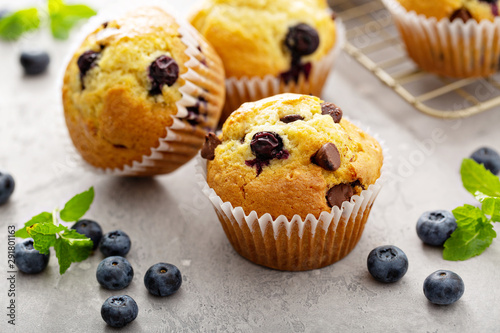 Fotografia Chocolate chip and blueberry muffins with milk