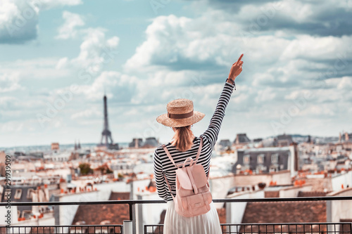Canvas Print Happy Asian girl enjoys a Grand view of Paris from the height of the observation