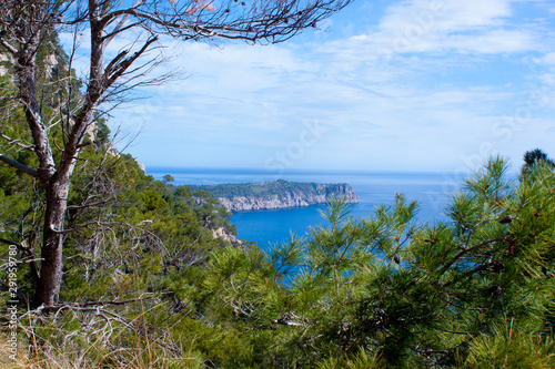Fotografia Mallorca blue lagooon panorama view with Mountains and green forest and blue sky