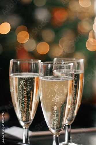 Foto three glasses of champagne for Christmas celebration