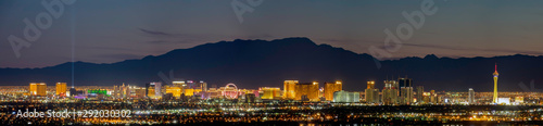 Photo Aerial night high angle view of the downtown Las Vegas Strip