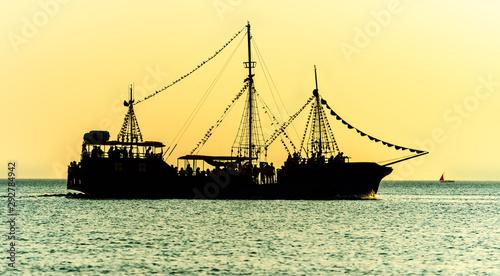 Fotografía brigantine at open sea