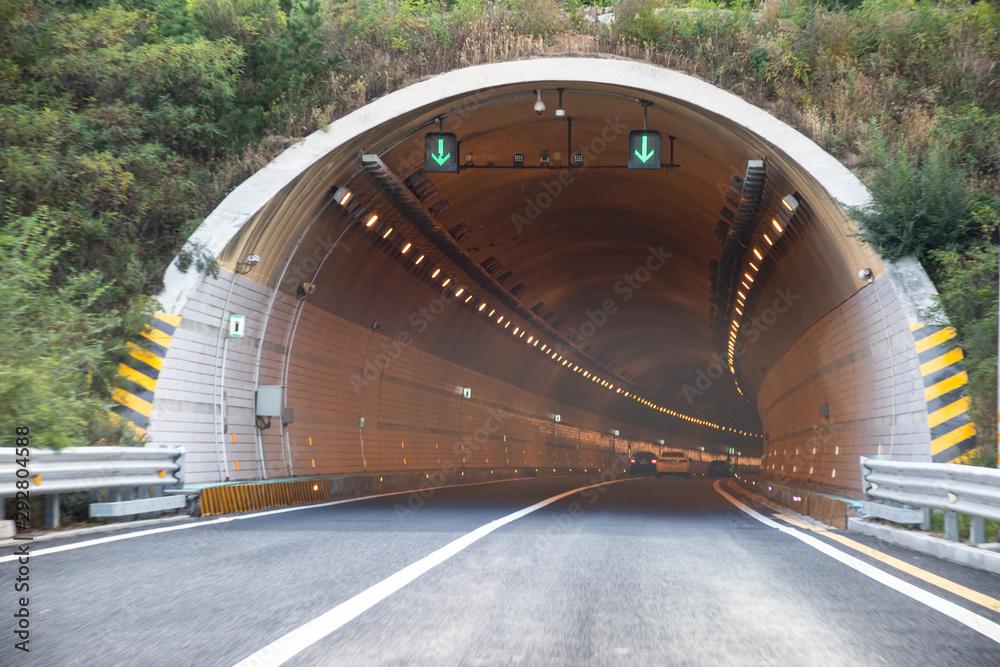 Entrance to a country road tunnel <span>plik: #292804588 | autor: daizuoxin</span>