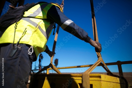Photo Rigger inspector holding lifting sling on the load and commencing final safety i