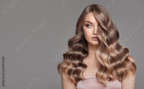 Fotografia Portrait of woman with beautiful natural long wavy blonde hair