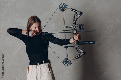 Photo Archer woman with modern block sport olympic bow and arrow
