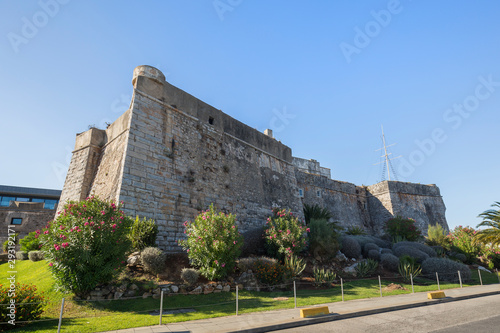 Photo Old stone walls of the Citadel of Cascais (Cidadela de Cascais) in Cascais, Portugal, on a sunny day in the summer