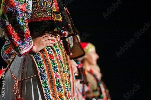 Fotografiet Close up on detail of young Romanian female dancer traditional folkloric costume
