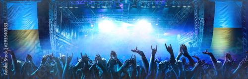 Fotografia Feiernde Menschen vor einer Bühne