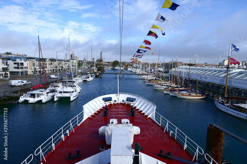 Fotografia View from the prow of a ship sailing into the French port of La Rochelle