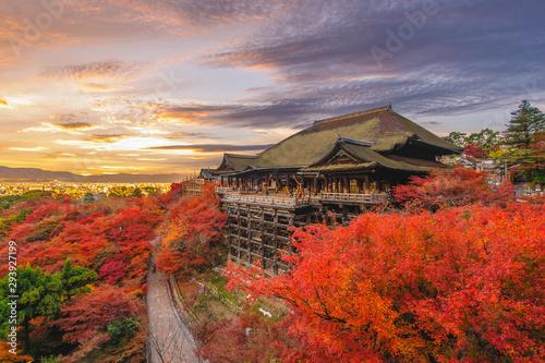 Fototapeta premium Etap Kiyomizu-dera w Kioto w Japonii jesienią