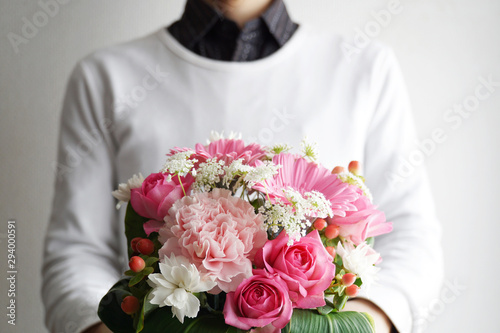 Foto 花束をプレゼントする男性