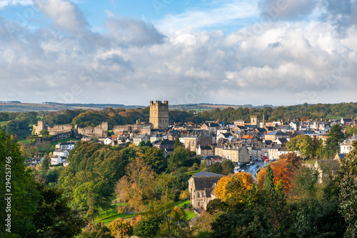 Carta da parati View of Richmond Castle, North Yorkshire with the town in the foreground and aut