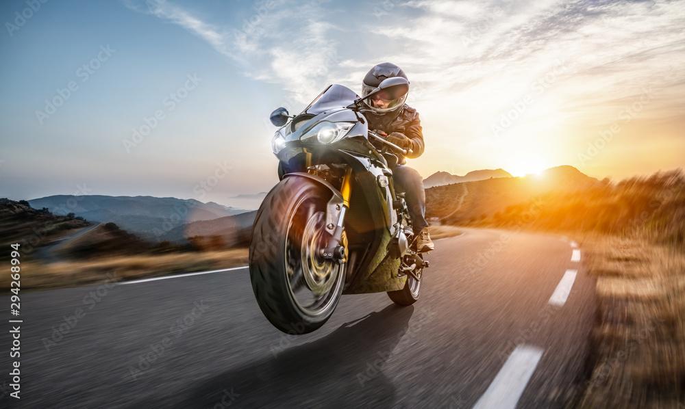 Szybki motocykl na jeździe po wybrzeżu. dobrze się bawiąc pustą autostradą podczas podróży motocyklowej <span>plik: #294268994   autor: AA+W</span>