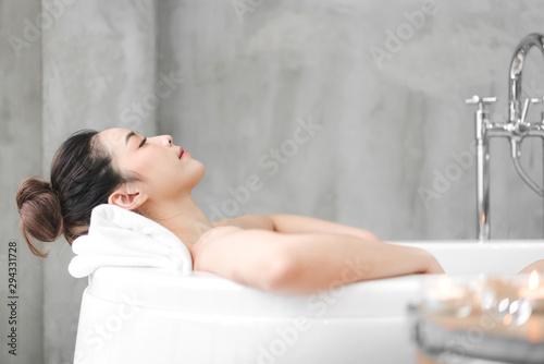 Beautiful young asia woman enjoy relaxing taking a bath with bubble foam in bath Fototapete