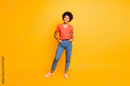 Photo Full length body size photo of cool swag good black millennial girl posing in fr