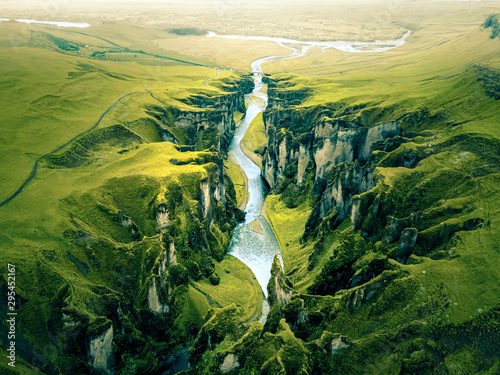 Fotografia Rugged Landscape of Fjadrargljufur Canyon in Iceland