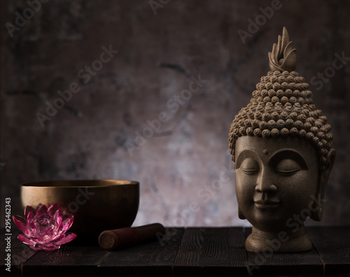 Fotomural Buddha head statue and singing bowl