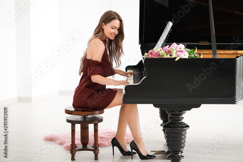 Stampa su Tela Young woman playing grand piano at the concert