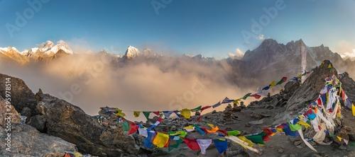 Photo Panoramic shot of colorful Tibetan prayer flags on a mountain