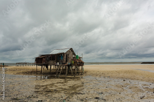 Canvas Print A stilt house on a beach during lowtide in Tawi-Tawi in the Philippines