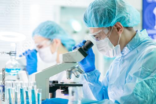 Canvastavla asian scientist use microscope