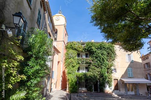 Saint-Tropez, Var, France - A quiet square (Place de l'ormeau) Fototapeta
