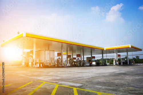 Fotografia 22 January 2018 at Chonburi Thailand,Car truck fill oil in station