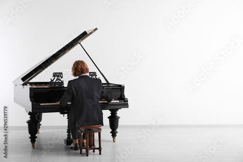 Man playing grand piano at the concert Fototapeta