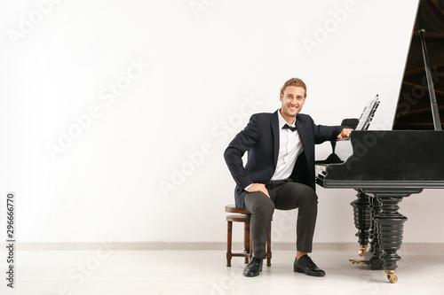 Canvas Print Man near grand piano against white wall