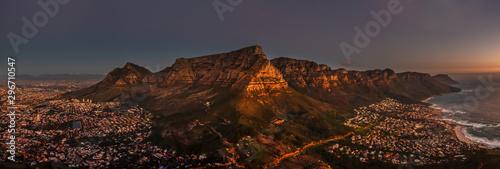 Fototapeta premium Widok z lotu ptaka w nocy Kapsztad