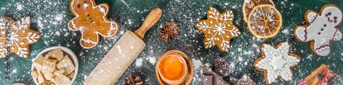 Boże Narodzenie, nowy rok gotowania tła. Składniki i przybory do pieczenia - mąka, wałek do ciasta, piernik, mleko, jajka. Robiąc świąteczne świąteczne słodkie ciasteczka Widok z góry