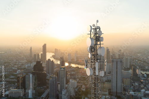 Fotografia Telecommunication tower with 5G cellular network antenna on city background