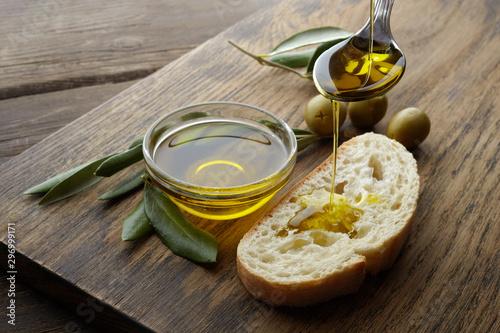 Fotografia slice of bread seasoned with olive oil on wooden background