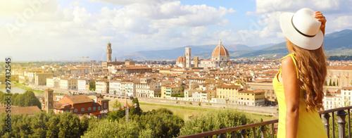Obraz na plátně Beautiful woman in the city of Florence birthplace of the Renaissance