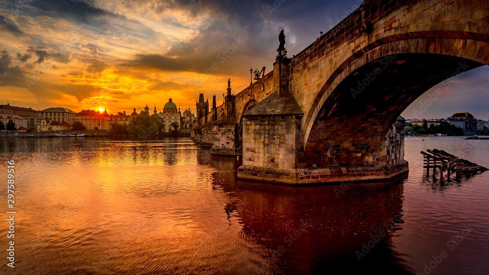 Charles most przy wschodem słońca, Karluv najwięcej, sceniczny widok Stary miasteczko z Starym miasteczko mosta wierza, kolorowy niebo i historyczna średniowieczna architektura, Praga, republika czech (,). Wakacje w Pradze <span>plik: #297589516 | autor: MKozloff</span>