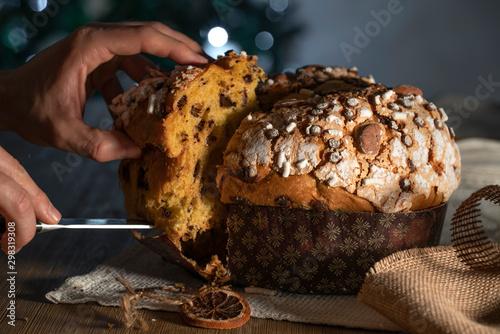 Panettone, tipico dolce natalizio italiano con mandorle, cioccolato e zucchero