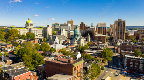 Fotografia Afternoon light hits the buildings and downtown city center area in Pennsylvania