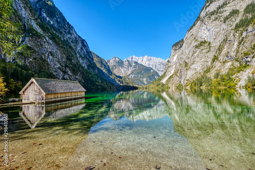 The lovely Obersee in the Bavarian Alps with a wooden boathouse Fotobehang
