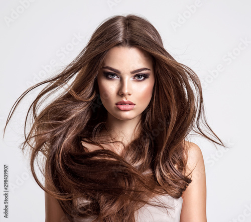 Foto Portrait of a beautiful woman with a long hair.