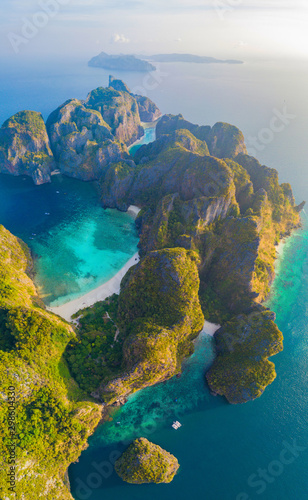Fotografia Aerial view of Phi Phi, Maya beach with blue turquoise seawater, mountain hills, and tropical green forest trees at sunset with Andaman sea in Phuket island in summer, Thailand in travel trip