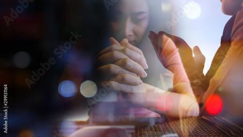 Fotografia double exposure image pray hand of christian women and muslim women in bokeh bac