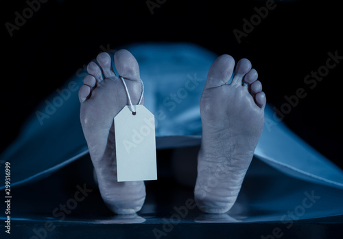 Carta da parati Cadaver on autopsy table at morgue, label tied to toe, close-up