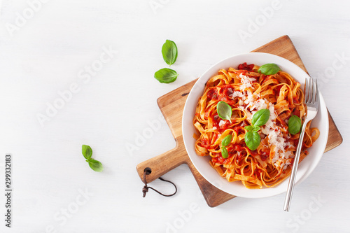 Valokuva tagliatelle pasta with tomato sauce parmesan basil