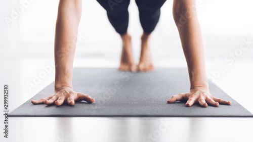 Fotografia Slim woman practicing yoga in Plank pose, closeup